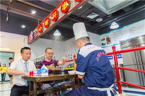 成都市五味缘餐饮管理有限公司技术总监吴军先生和刘仪伟先生品尝五味缘秘制小郡肝.JPG
