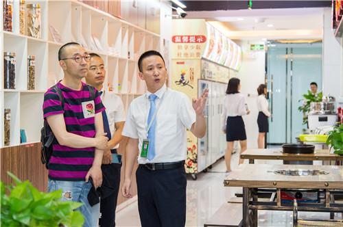 成都市五味缘餐饮管理有限公司副总经理蒋明星向首席品位师刘仪伟介绍串串开店准备.JPG