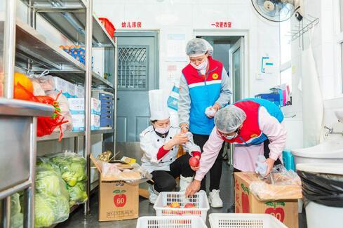红黄蓝幼儿园专注膳食营养,用爱心为孩子烹饪每一餐