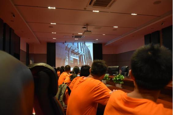 实践团成员在观看企业宣传片